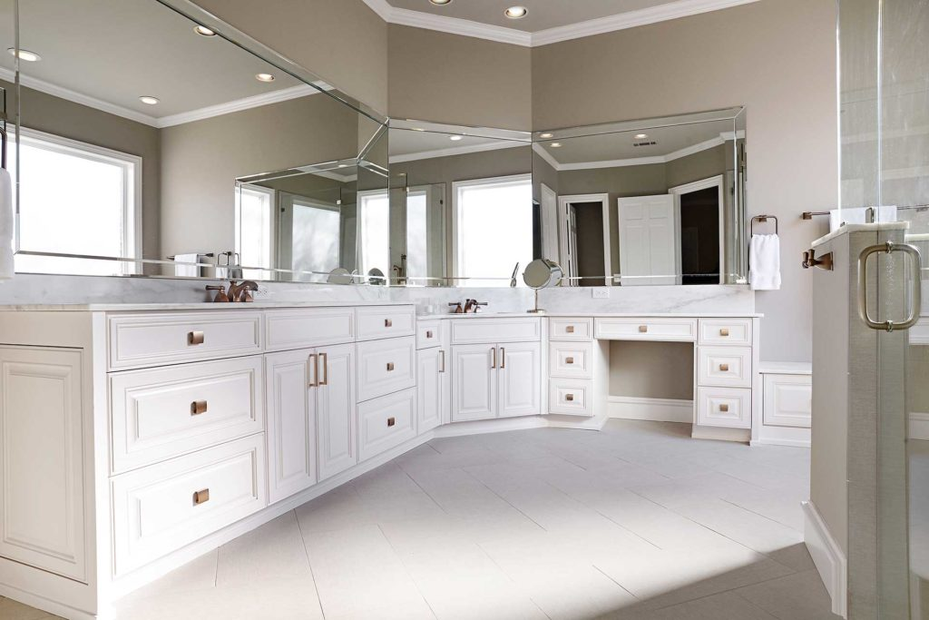 Bathroom design to maximize available space